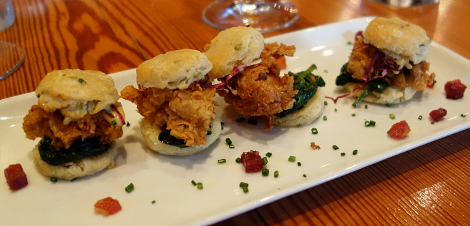 Kaleandtell - Oyster  sliders, østers, kandiseret bacon, spinat, hollandaise, rødkål